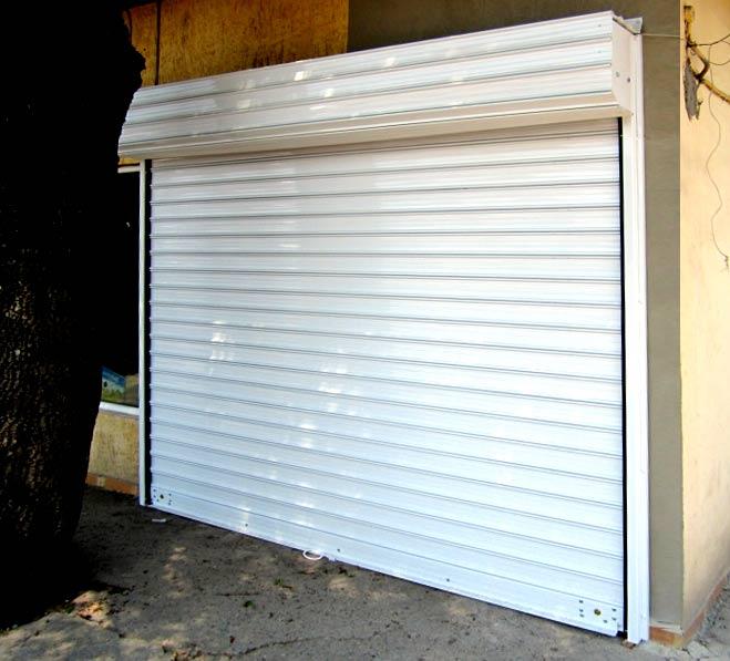 Ролетна врата със стоманени ламели.